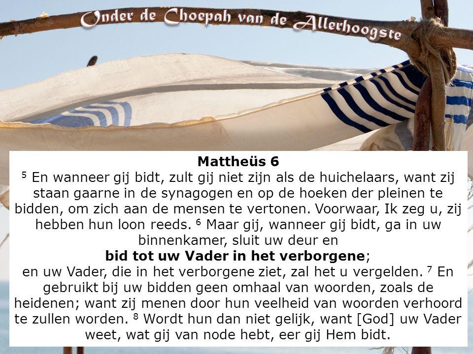 Mattheüs 6 5 En wanneer gij bidt, zult gij niet zijn als de huichelaars, want zij staan gaarne in de synagogen en op de hoeken der pleinen te bidden, om zich aan de mensen te vertonen.