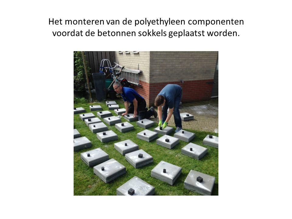 Het monteren van de polyethyleen componenten voordat de betonnen sokkels geplaatst worden.