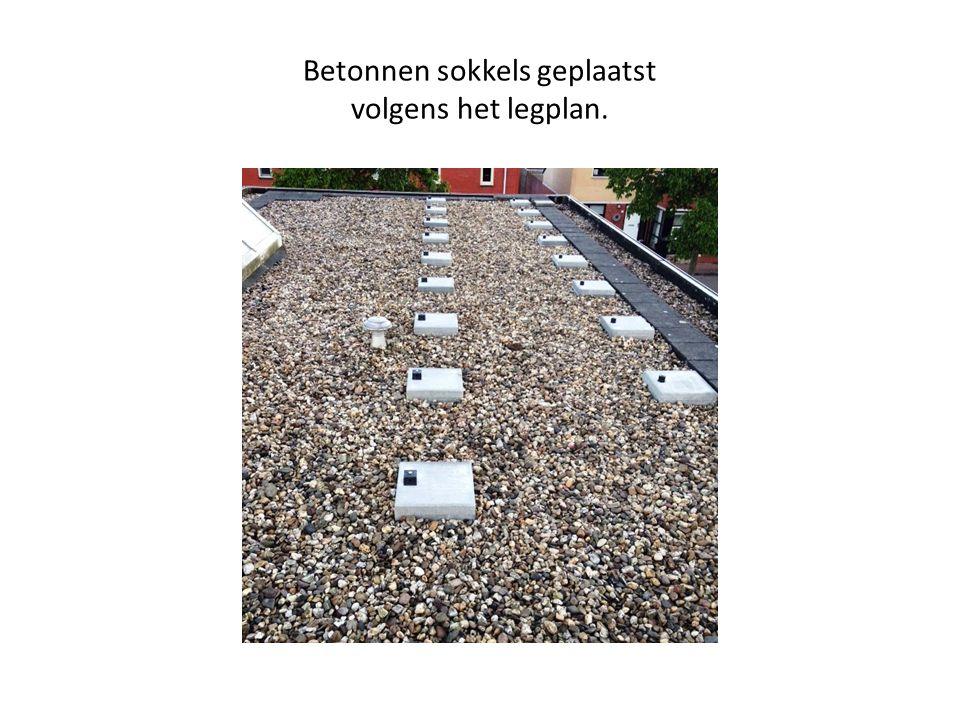 Betonnen sokkels geplaatst volgens het legplan.