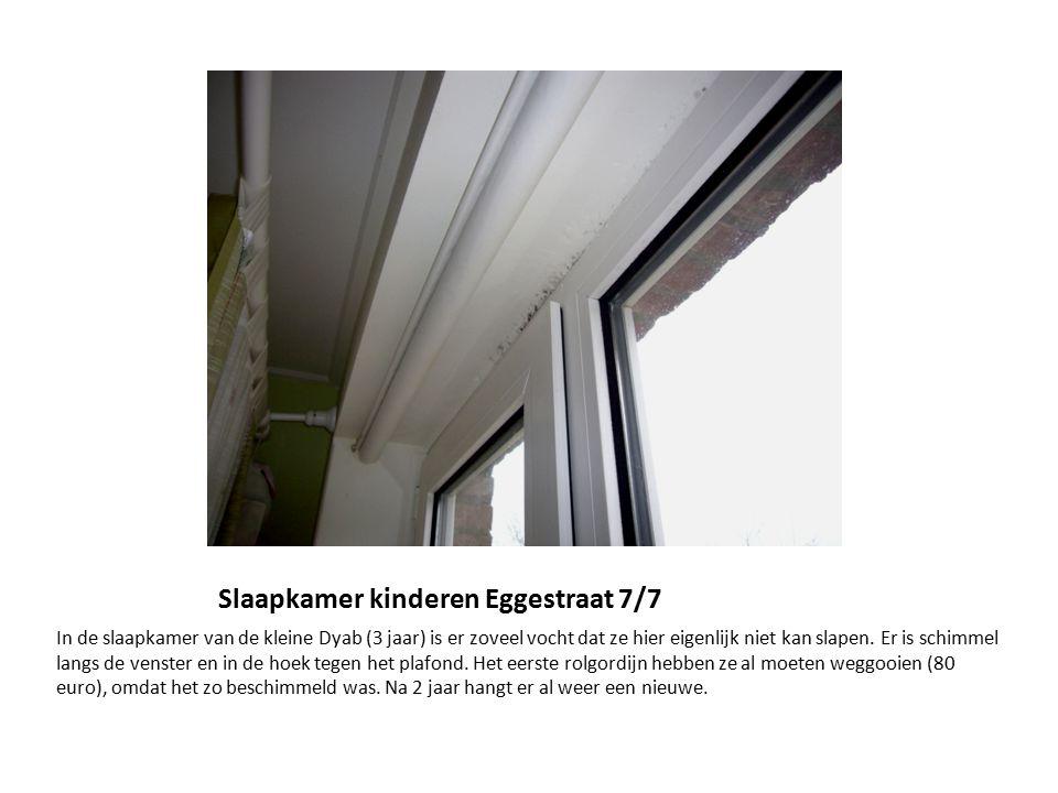 Slaapkamer kinderen Eggestraat 7/7 In de slaapkamer van de kleine Dyab (3 jaar) is er zoveel vocht dat ze hier eigenlijk niet kan slapen. Er is schimm