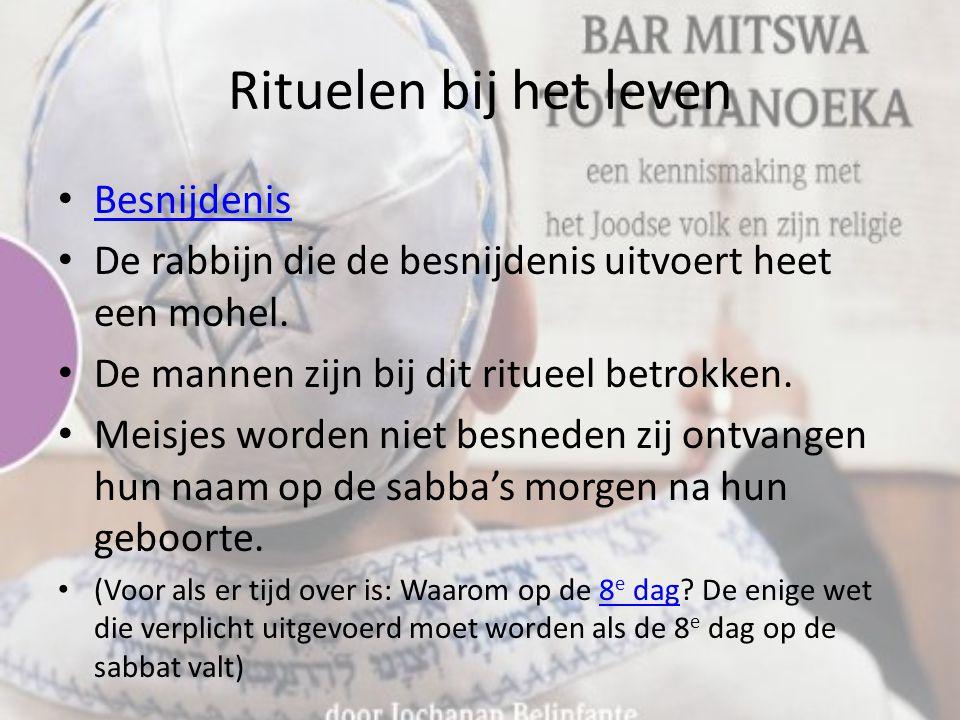 Rituelen bij het leven Besnijdenis De rabbijn die de besnijdenis uitvoert heet een mohel.
