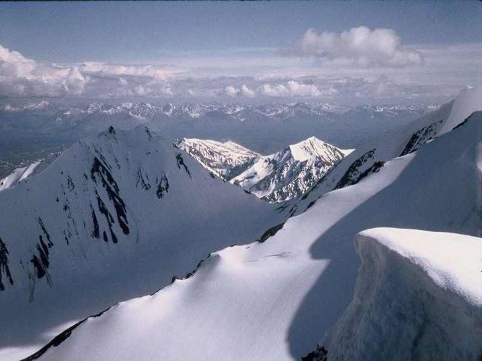 Met zijn gletsjers die ijsbergen vormen, zijn vulkanen en zijn maanvalleien, zijn bergen die langzaam naar de hemel oprijzen, is Alaska eeuwig in wording.