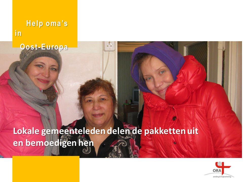 Lokale gemeenteleden delen de pakketten uit en bemoedigen hen Help oma's in Oost-Europa Oost-Europa