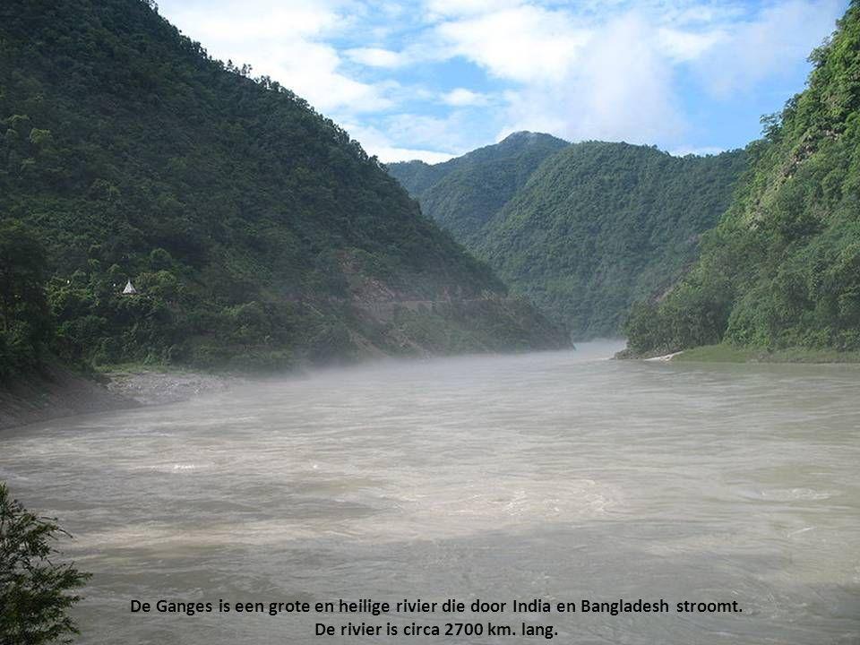 De Ganges is een grote en heilige rivier die door India en Bangladesh stroomt.