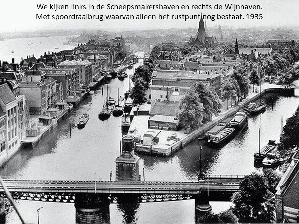 Watersnood te Rotterdam in 1953 een binnenvaartschip op de kade