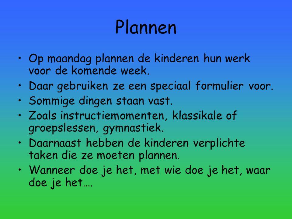 Plannen Op maandag plannen de kinderen hun werk voor de komende week. Daar gebruiken ze een speciaal formulier voor. Sommige dingen staan vast. Zoals