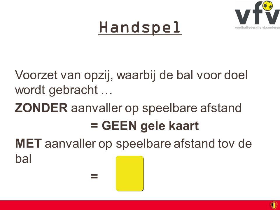 Handspel Voorzet van opzij, waarbij de bal voor doel wordt gebracht … ZONDER aanvaller op speelbare afstand = GEEN gele kaart MET aanvaller op speelba