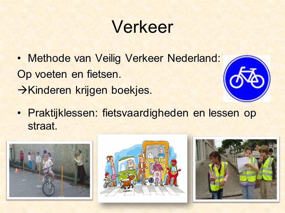 Verkeer Methode van Veilig Verkeer Nederland: Op voeten en fietsen.  Kinderen krijgen boekjes. Praktijklessen: fietsvaardigheden en lessen op straat.