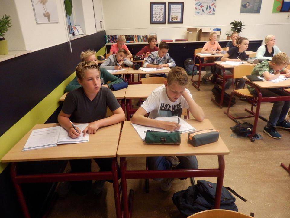 Dakpanklassen  Gedurende de tweejarige brugperiode  Les op beide niveaus  Cijfers op beide niveaus  Promotie onderzoek van Roel van Elk: Dakpanklassen vergroten het aantal hoger opgeleiden , zie verhaal op de website.