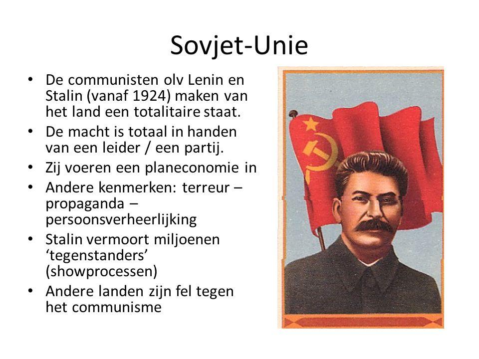 Sovjet-Unie De communisten olv Lenin en Stalin (vanaf 1924) maken van het land een totalitaire staat. De macht is totaal in handen van een leider / ee