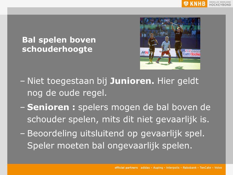 Bal spelen boven schouderhoogte –Niet toegestaan bij Junioren. Hier geldt nog de oude regel. –Senioren : spelers mogen de bal boven de schouder spelen