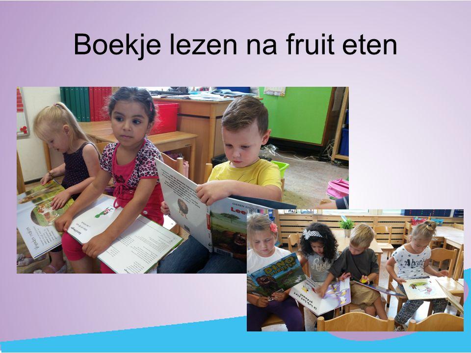 Boekje lezen na fruit eten