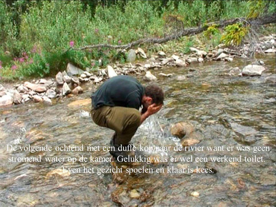 De volgende ochtend met een duffe kop naar de rivier want er was geen stromend water op de kamer.