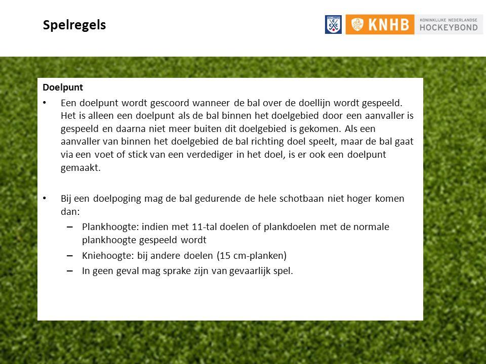 Spelregels Doelpunt Een doelpunt wordt gescoord wanneer de bal over de doellijn wordt gespeeld. Het is alleen een doelpunt als de bal binnen het doelg