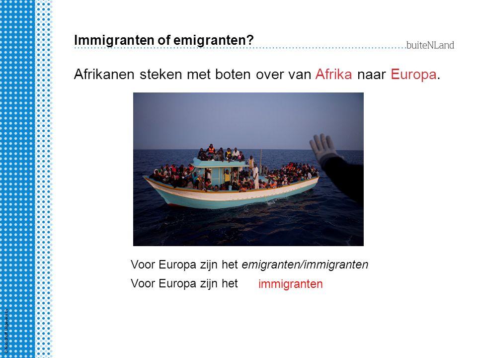 Immigranten of emigranten? Afrikanen steken met boten over van Afrika naar Europa. Voor Europa zijn het immigranten Voor Europa zijn het emigranten/im