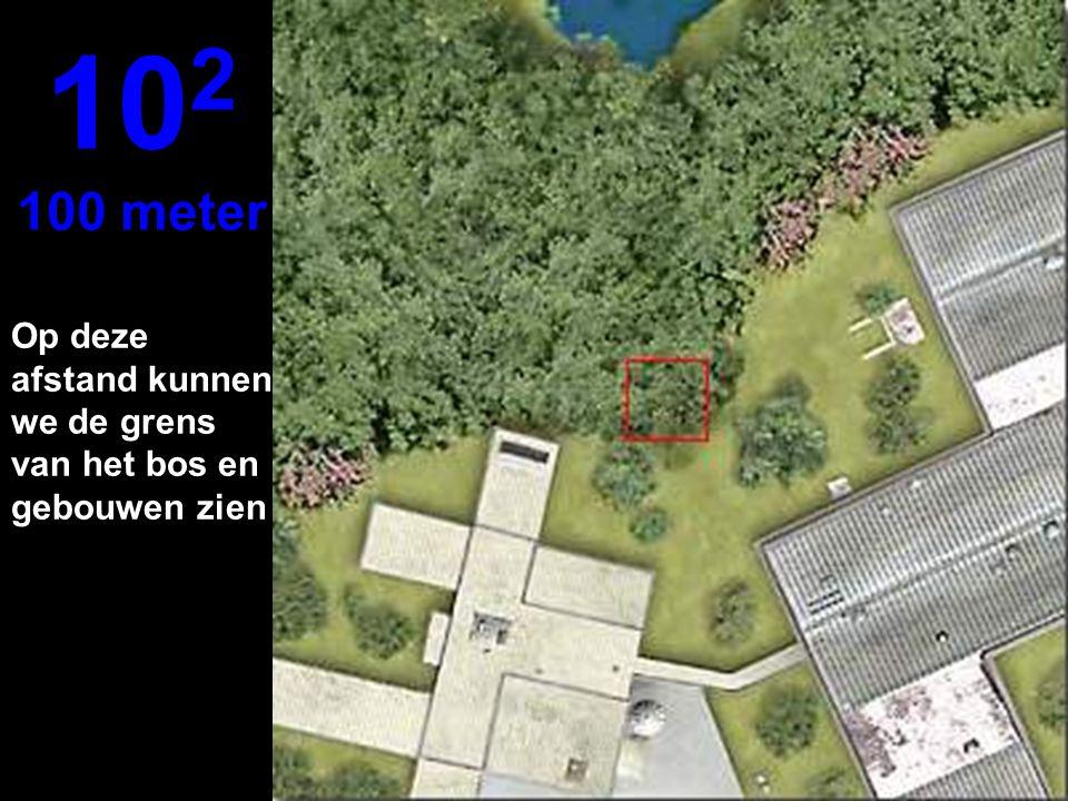 Op deze afstand kunnen we de grens van het bos en gebouwen zien 10 2 100 meter