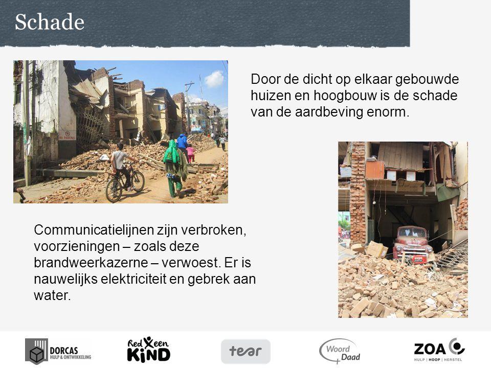Mensen bivakkeren op straat omdat hun huizen verwoest zijn en uit angst voor zware naschokken.