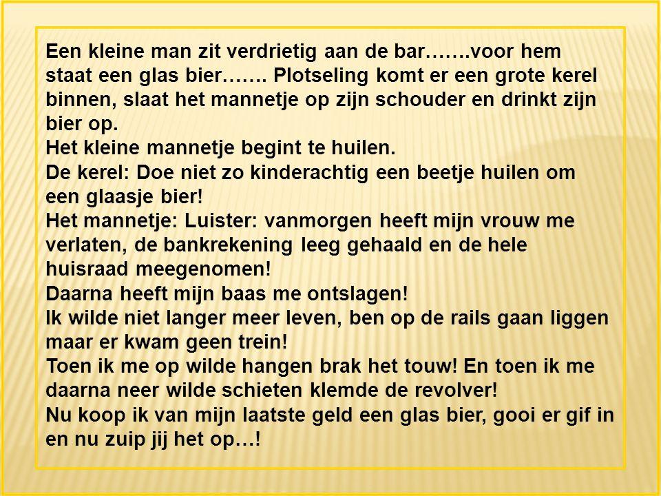 Een kleine man zit verdrietig aan de bar…….voor hem staat een glas bier…….