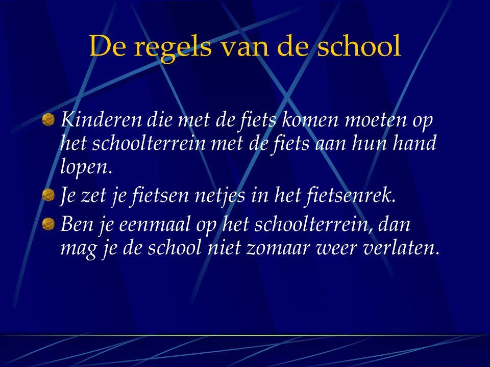 De regels van de school Kinderen die met de fiets komen moeten op het schoolterrein met de fiets aan hun hand lopen. Je zet je fietsen netjes in het f