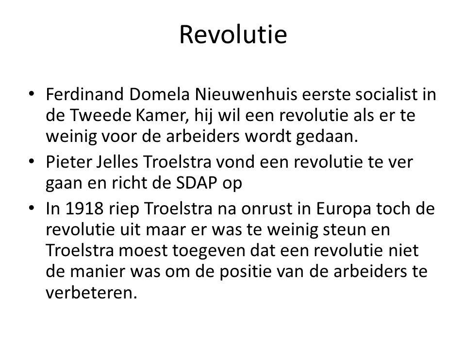 Revolutie Ferdinand Domela Nieuwenhuis eerste socialist in de Tweede Kamer, hij wil een revolutie als er te weinig voor de arbeiders wordt gedaan. Pie