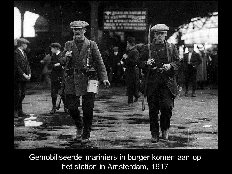Gemobiliseerde mariniers in burger komen aan op het station in Amsterdam, 1917