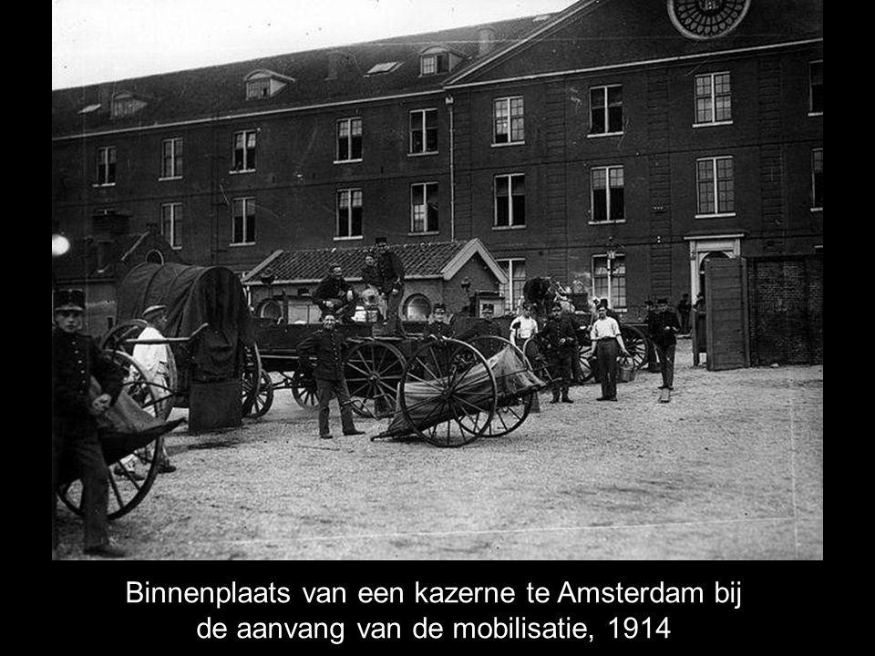 Binnenplaats van een kazerne te Amsterdam bij de aanvang van de mobilisatie, 1914