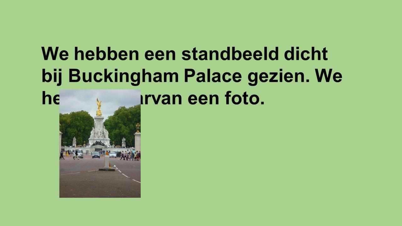 We hebben een standbeeld dicht bij Buckingham Palace gezien. We hebben daarvan een foto.