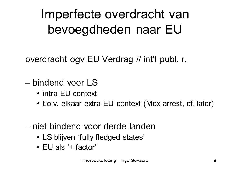 Thorbecke lezing Inge Govaere29 MOX zaak §126 Zoals het Hof heeft vastgesteld, vallen de bepalingen van het zeerechtverdrag die een rol spelen in het geschil betreffende de MOX-fabriek, onder een bevoegdheid van de Gemeenschap, die deze heeft uitgeoefend door partij te worden bij dat verdrag, zodat die bepalingen deel uitmaken van de communautaire rechtsorde. §127 Bijgevolg is in casu sprake van een geschil betreffende de uitlegging of toepassing van het EG-Verdrag in de zin van oud artikel 292 EG (thans 344 VWEU). §128 Bovendien valt het geschil, nu daarin twee lidstaten tegenover elkaar staan wegens een vermeende niet-naleving van gemeenschapsrechtelijke verplichtingen die besloten zouden liggen in bedoelde bepalingen van het zeerechtverdrag, kennelijk onder een van de in het EG-Verdrag voorgeschreven wijzen van geschillenbeslechting in de zin van oud artikel 292 EG (thans 344 VWEU), te weten de procedure van artikel oud 227 EG (thans 259 VWEU). §129 Overigens kan niet worden betwist dat een procedure als door Ierland bij het scheidsgerecht is ingesteld, een wijze van geschillenbeslechting in de zin van oud artikel 292 EG (thans 344 VWEU) is, aangezien de beslissingen van een dergelijk gerecht krachtens artikel 296 van het zeerechtverdrag definitief zijn en bindend voor de partijen bij het geschil.