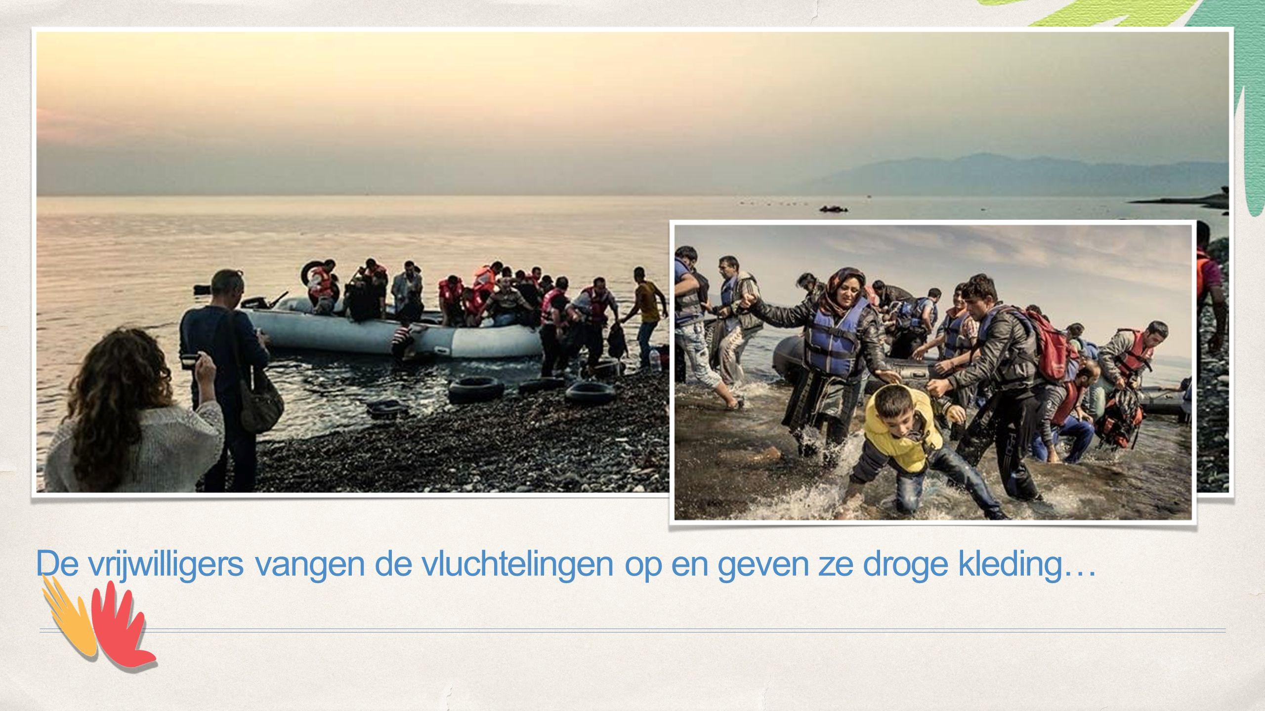 De vrijwilligers vangen de vluchtelingen op en geven ze droge kleding…