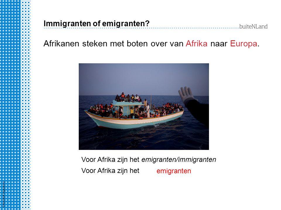 Immigranten of emigranten? Afrikanen steken met boten over van Afrika naar Europa. Voor Afrika zijn het emigranten Voor Afrika zijn het emigranten/imm