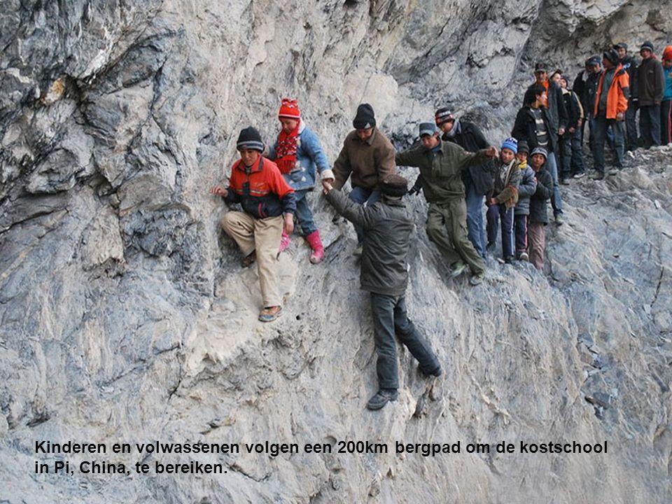 Kinderen en volwassenen volgen een 200km bergpad om de kostschool in Pi, China, te bereiken.