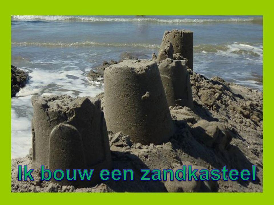 Ik bouw een zandkasteel voor jou en mij gemaakt van zand en meel en schelpjesbrei Een prachtig woonkasteel, ruim en riant, met zon en zicht op zee, daar op het strand