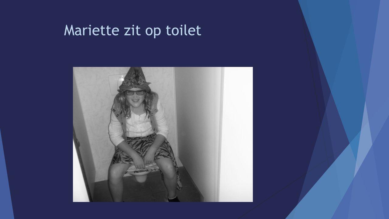 Mariette zit op toilet