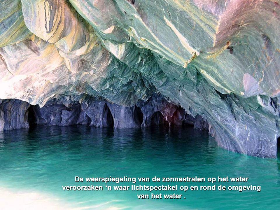 De weerspiegeling van de zonnestralen op het water veroorzaken 'n waar lichtspectakel op en rond de omgeving van het water.