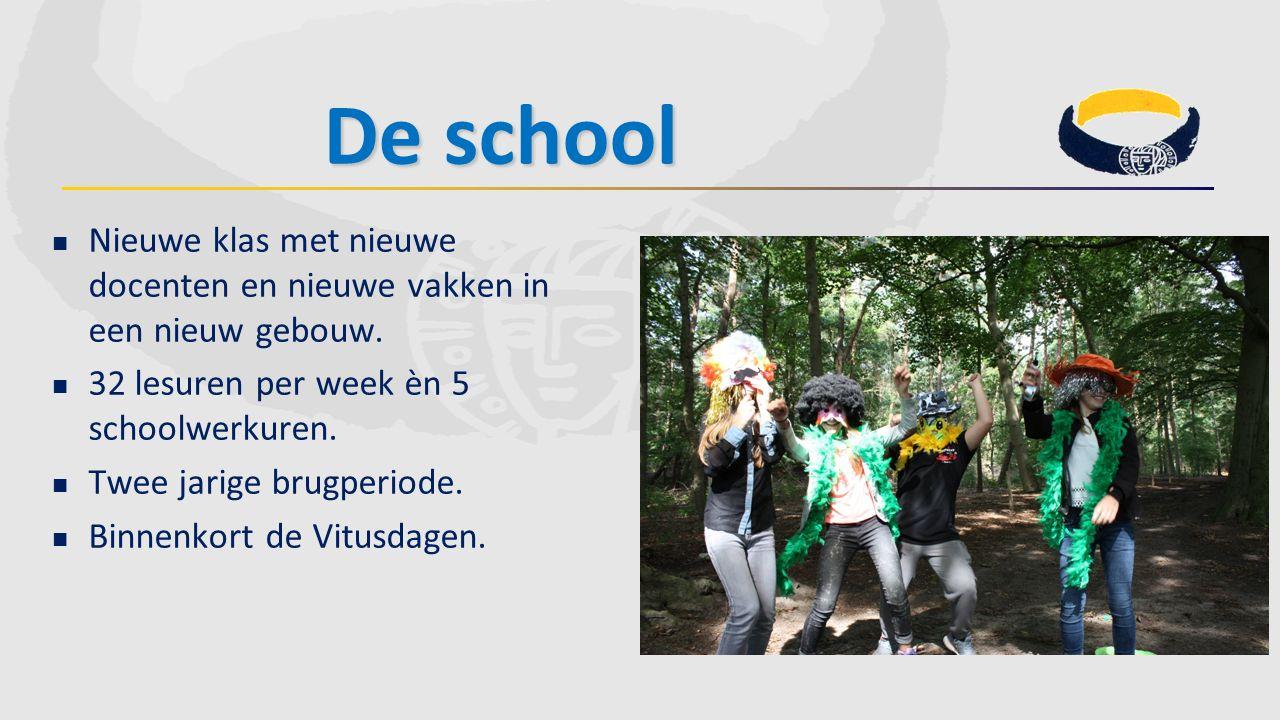 De school Nieuwe klas met nieuwe docenten en nieuwe vakken in een nieuw gebouw. 32 lesuren per week èn 5 schoolwerkuren. Twee jarige brugperiode. Binn