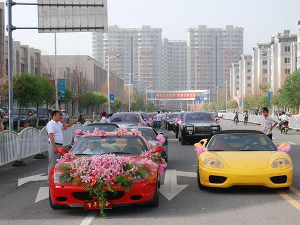 Stoet voor een andere bruiloft in Datong, een grote stad in Shanxi, van een andere grote kolenmagnaat.