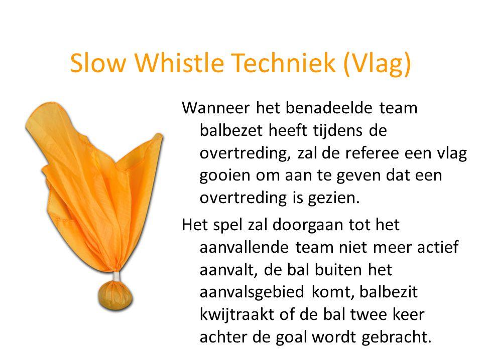 Slow Whistle Techniek (Vlag) Wanneer het benadeelde team balbezet heeft tijdens de overtreding, zal de referee een vlag gooien om aan te geven dat een