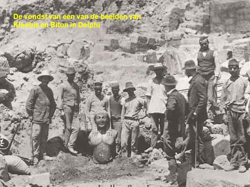 De vondst van een van de beelden van Kleobis en Biton in Delphi