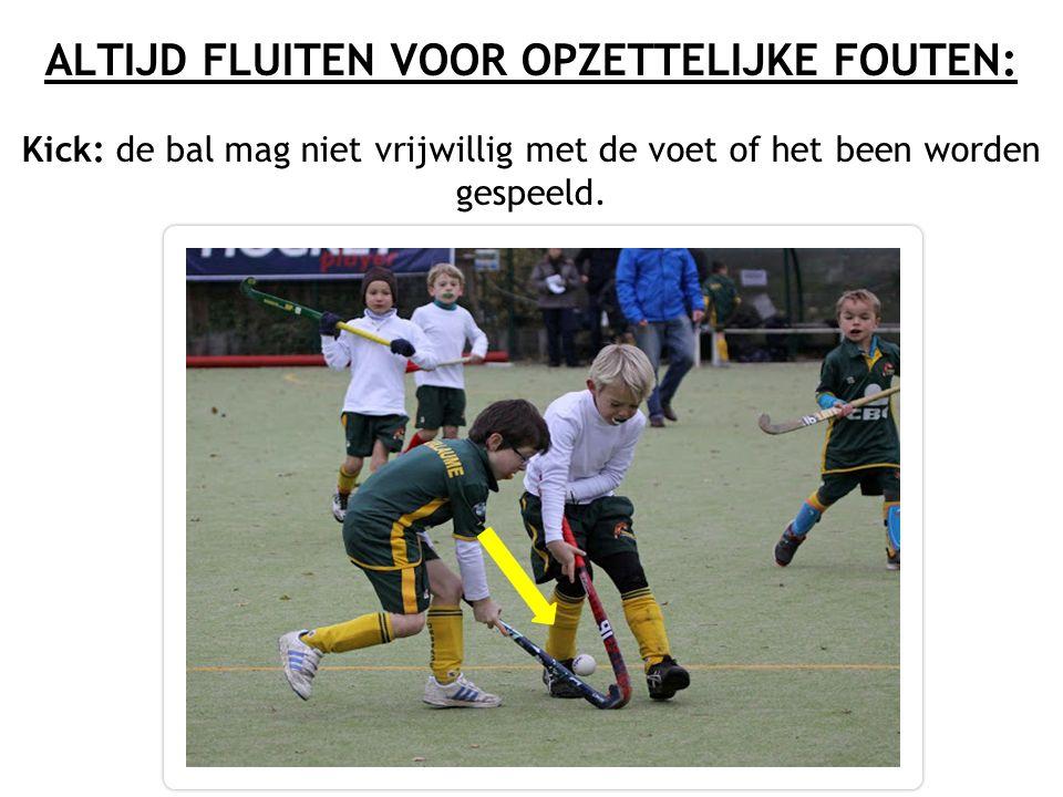 ALTIJD FLUITEN VOOR OPZETTELIJKE FOUTEN: Kick: de bal mag niet vrijwillig met de voet of het been worden gespeeld.