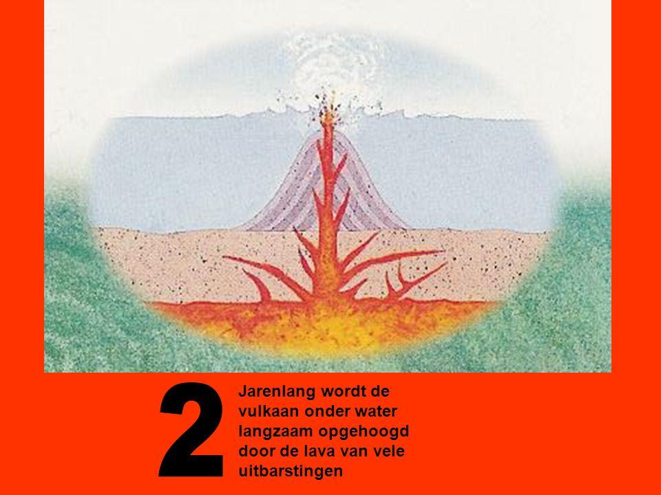 Jarenlang wordt de vulkaan onder water langzaam opgehoogd door de lava van vele uitbarstingen