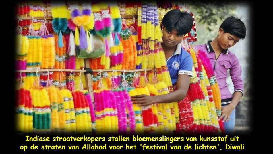 In Hyderabad slaan de inwoners goudsbloemen in om hun huizen en winkels te versieren