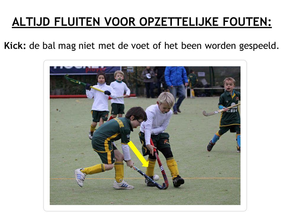 ALTIJD FLUITEN VOOR OPZETTELIJKE FOUTEN: Kick: de bal mag niet met de voet of het been worden gespeeld.