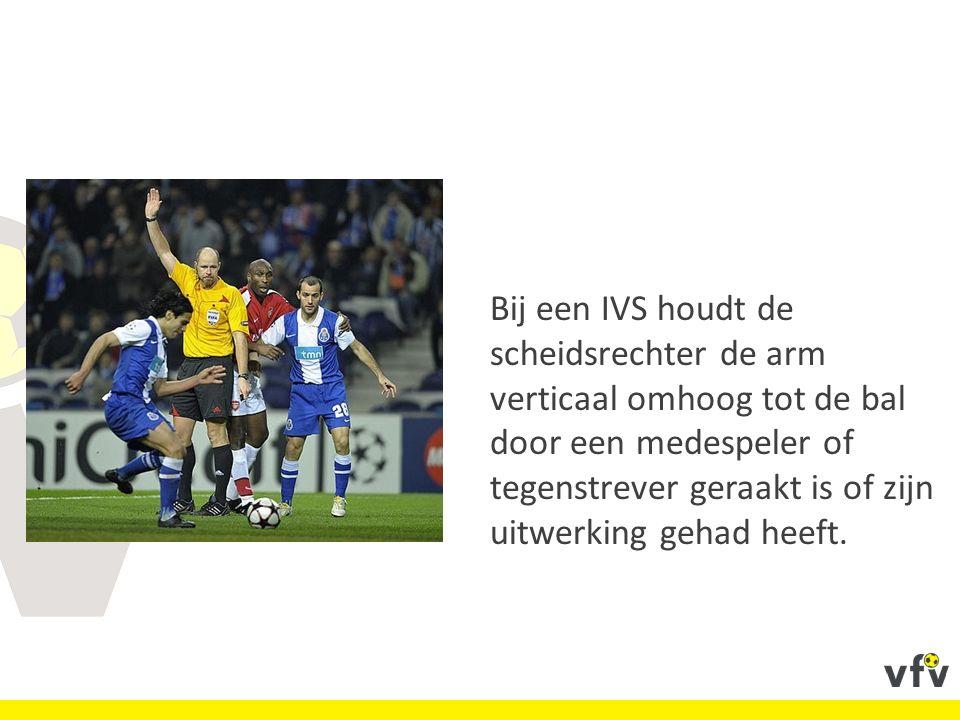 Bij een IVS houdt de scheidsrechter de arm verticaal omhoog tot de bal door een medespeler of tegenstrever geraakt is of zijn uitwerking gehad heeft.