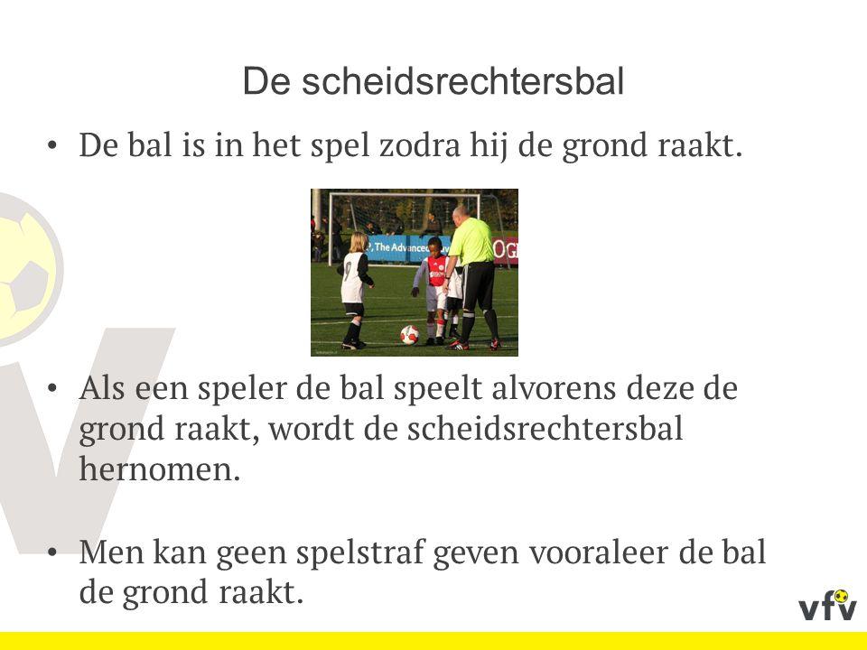 De scheidsrechtersbal De bal is in het spel zodra hij de grond raakt. Als een speler de bal speelt alvorens deze de grond raakt, wordt de scheidsrecht