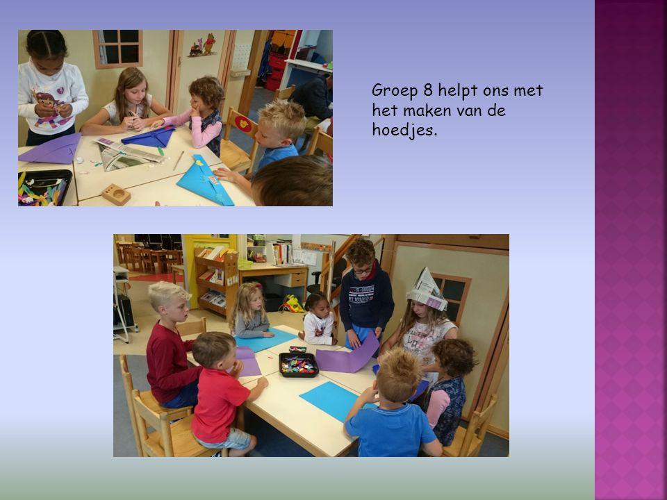 Groep 8 helpt ons met het maken van de hoedjes.