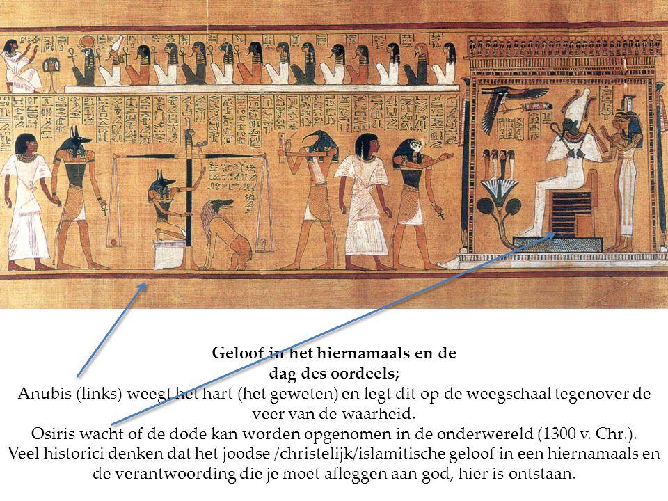 Geloof in het hiernamaals en de dag des oordeels; Anubis (links) weegt het hart (het geweten) en legt dit op de weegschaal tegenover de veer van de wa