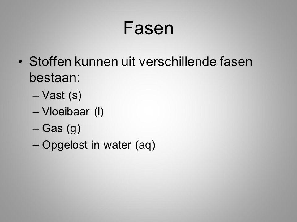 Fasen Stoffen kunnen uit verschillende fasen bestaan: –Vast (s) –Vloeibaar (l) –Gas (g) –Opgelost in water (aq)