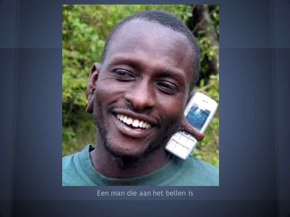 Een man die aan het bellen is