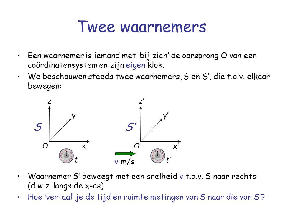 Twee waarnemers Een waarnemer is iemand met 'bij zich' de oorsprong O van een coördinatensystem en zijn eigen klok.