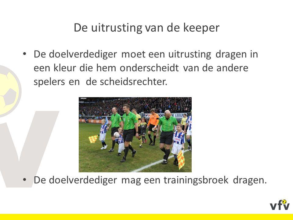 De uitrusting van de keeper De doelverdediger moet een uitrusting dragen in een kleur die hem onderscheidt van de andere spelers en de scheidsrechter.